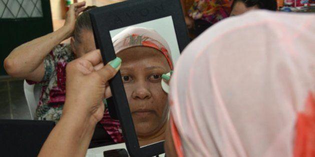 Aulas de maquiagem ajudam mulheres em tratamento de câncer a recuperar