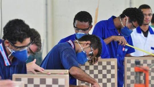 Sim, há vagas: Empresas contratam técnicos, mão de obra 'escassa' no