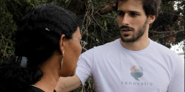 ONG de universitários produz óculos para quem não pode pagar e contrata ex-presidiários para ajudar na