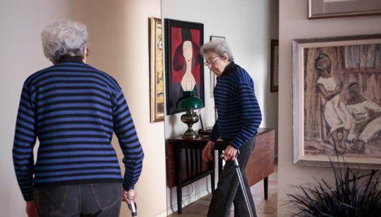 Fotógrafa brasileira retrata idosas que vivem sozinhas em Nova