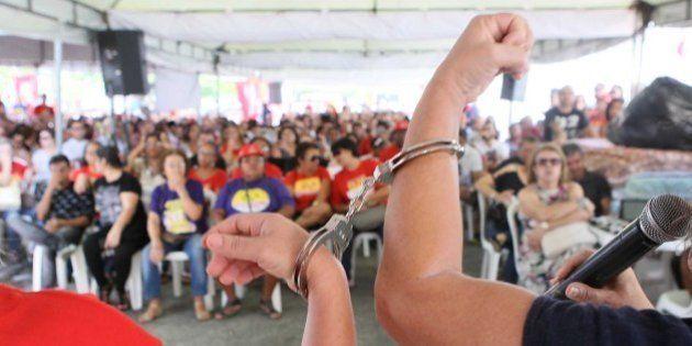 Professores e técnicos entram em greve em universidades federais em vários