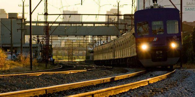 trem urbano em São Paulo, perto da Estação Água Branca, linha 7 - rubi da CPTM (Luz - Francisco Morato),...