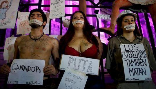 Multidão sai às ruas em protesto contrário à violência contra mulher em Buenos