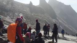 Terremoto mata dois e deixa centenas de alpinistas isolados na