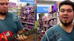 ASSISTA: Amigos tocam blues com guitarra de brinquedo em loja de