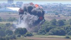 Avião de combate cai durante exibição no Reino Unido e mata sete