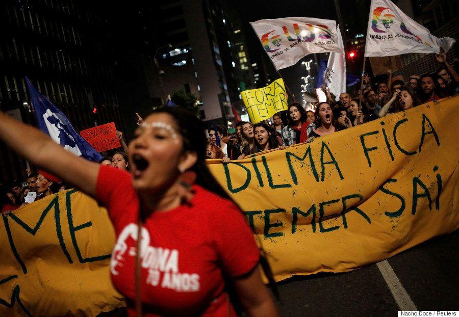 Manifestantes fecham Av. Paulista para protestar contra governo