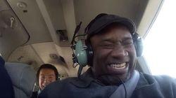ASSISTA: Aluno realiza sonho e leva cozinheiro de faculdade para voar de avião pela primeira