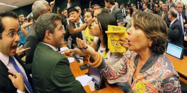 Tumulto e gás de pimenta interrompem votação da PEC da maioridade