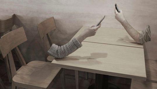 Este ensaio fotográfico mostra como estamos muito, muito viciados no