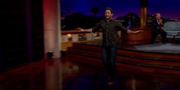 Chris Pratt mostra que não corre de salto tão bem quanto mata dinossauros