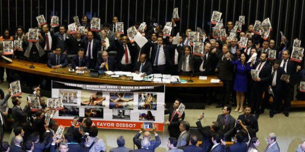 Deputados federais param sessão para rezar Pai-Nosso e mostram que Estado laico ainda está distante