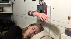 ASSISTA: Garota cria despertador que acorda as pessoas com