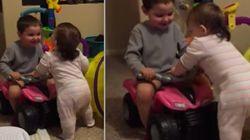 Garoto ajuda irmãzinha a andar e elogia: 'Bom trabalho! Não há nada a
