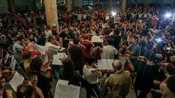 Orquestra faz paródia com música clássica em ato contra