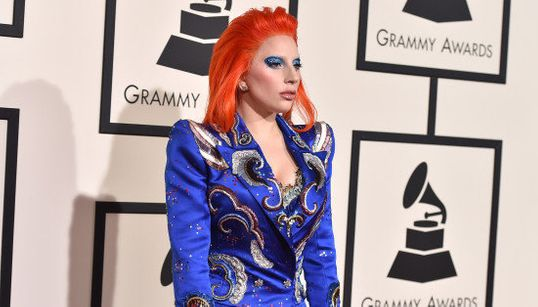Este é o comentado visual que Lady Gaga adotou para homenagear David Bowie no