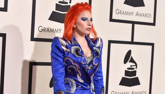 Este é o comentado visual que Lady Gaga adotou para homenagear David Bowie no
