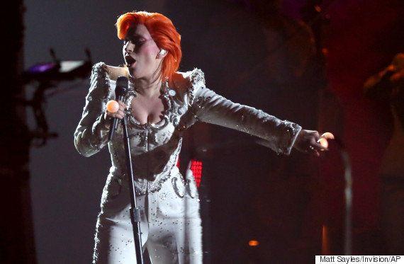 Grammy 2016: Lady Gaga faz show épico para homenagear David Bowie