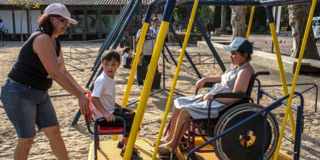 Lei que facilita adoção de criança com deficiência completa 2 anos sem muitos resultados no