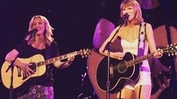Taylor Swift e Lisa Kudrow cantam 'Smelly Cat', música da Phoebe, de