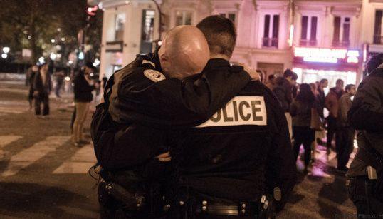 FOTO: A emoção de dois policiais depois dos atentados em