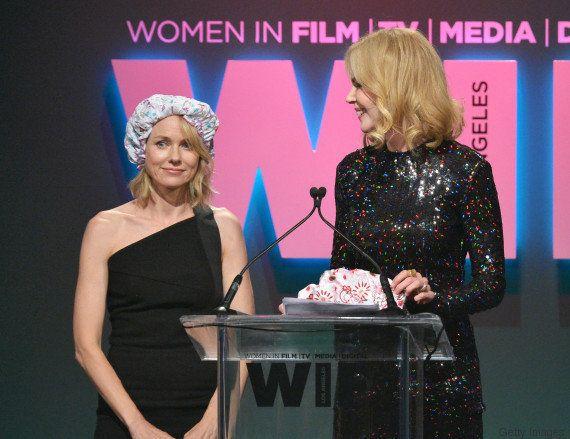 Nicole Kidman e Naomi Watts se beijam no palco da premiação 'Women In Film 2015'