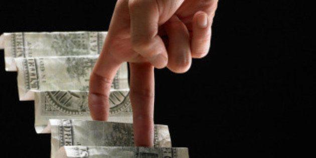 Dólar abre a semana em forte alta e bate R$