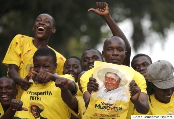 Presidente de Uganda é reeleito sob críticas de adversários e observadores ao processo
