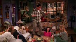 ASSISTA: Reclamar da solidão nunca foi tão divertido com Chandler de 'Friends' dançando 'Hotline