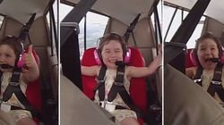 Medo? Que nada! Garota de 4 anos cai no riso em voo
