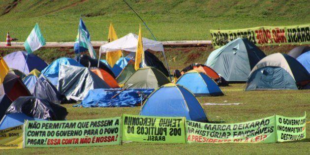 Pró-impeachment acampados em frente ao Congresso resistem à