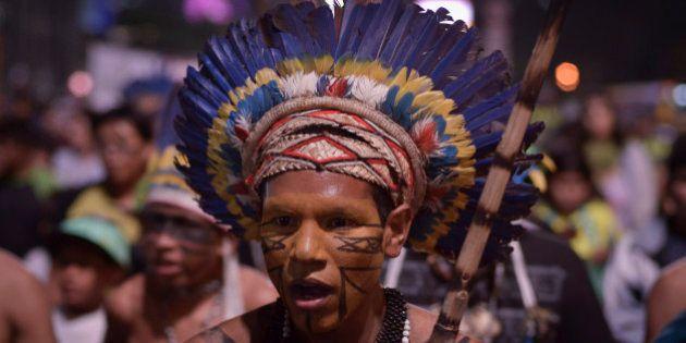 [UNVERIFIED CONTENT] Índio segura a Constituição do Brasil durante protesto em defesa dos direitos...