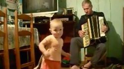 ASSISTA: Vovô toca sanfona e garotinha de um ano não para de