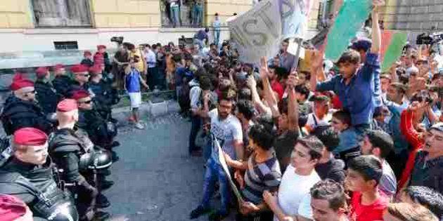 Hungria bloqueia viagens de migrantes, que protestam e entoam palavras de