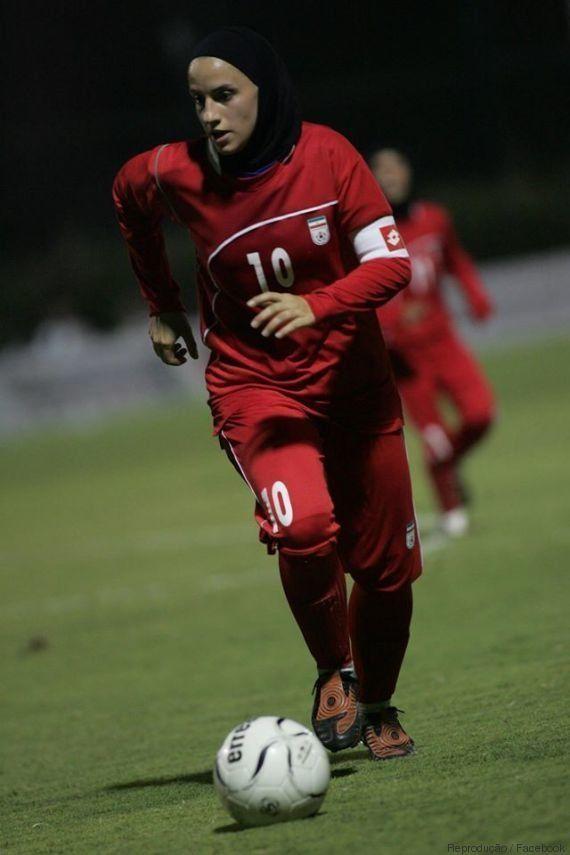 O marido não queria, mas a craque do futebol do Irã vai acompanhar sua equipe fora do