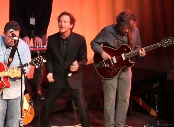 Escola do rock! Eddie Vedder faz show com professores e alunos da escola onde