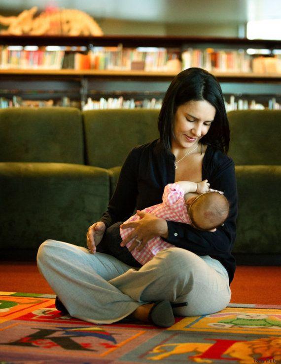 Série fotográfica INSPIRADORA mostra mães amamentando com seus uniformes de
