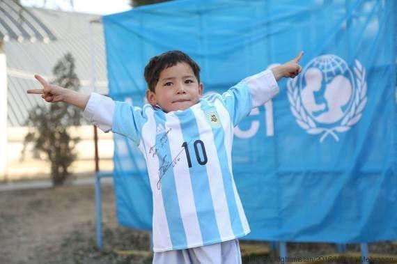 Menino afegão que criou camisa com saco plástico ganha uniforme de