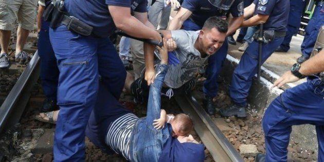 Refugiado se joga com mulher e bebê em trilho após ser retirado de trem na Hungria