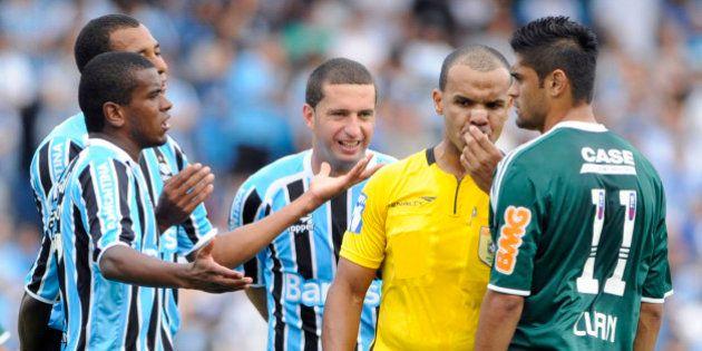 PORTO ALEGRE,RS, 13.11.2011- FUTEBOL-CAMPEONATO BRASILEIRO-GRÊMIO-RS X PALMEIRAS-SP-Árbitro Edivaldo...