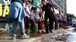 De vassoura e balde na mão, servidores expulsam ministro da Transparência em