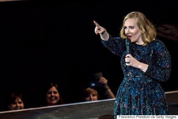 Adele se irrita com fã e pede que ela pare de gravar seu show para aproveitá-lo ao vivo: 'Isso daqui...