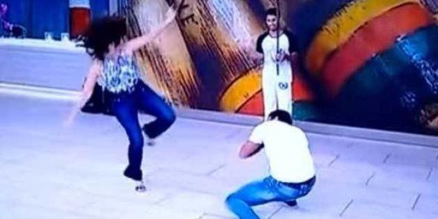 Fátima Bernardes joga capoeira no