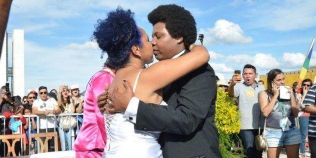 Casamento coletivo abre 18ª Parada do Orgulho LGBT em
