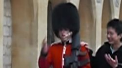 ASSISTA: Turista provoca soldado da guarda real britânica e acaba se dando