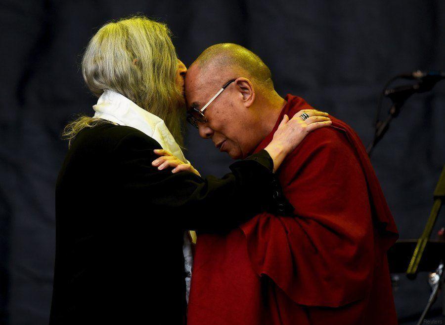 Dalai Lama sobe no palco de Patti Smith no Glastonbury 2015 e ganha bolo de aniversário