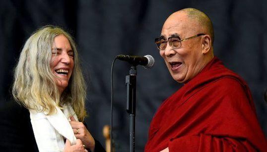 Dalai Lama sobe no palco de Patti Smith no Glastonbury e ganha bolo de