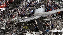 Avião militar da Indonésia cai sobre casas no norte do
