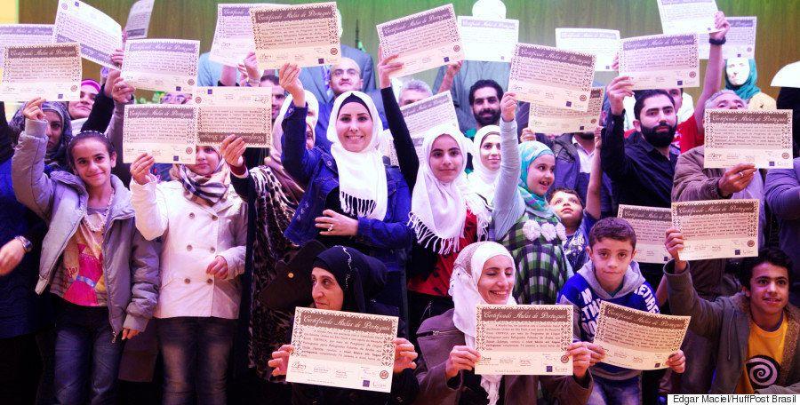 Refugiados sírios se formam em curso de português e conquistam passaporte para um recomeço no