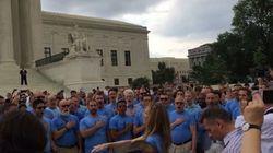 ASSISTA: Coral gay comemora casamento igualitário cantando hino dos